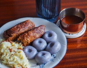 Wegańskie zrazy, fioletowe kluski śląskie i niemodro kapusta z sosem pieczeniowym
