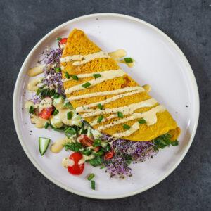 Wegański omlet z sosem holenderskim i świeżymi warzywami